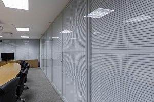 divisoria piso teto vidro duplo com persiana